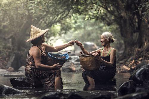 de ondersteunende kracht van vrouwen die elkaar helpen