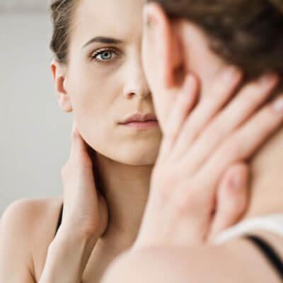 vrouw bekijkt zichzelf met zelfverwijt